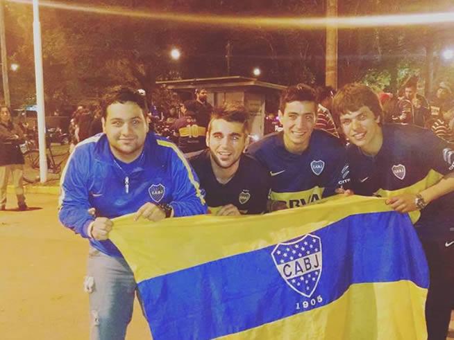 Alegría en azul y oro: Gustavo, Juan Martín, Lautaro y Facundo celebran en plaza San Martín un nuevo logro del club de sus amores.