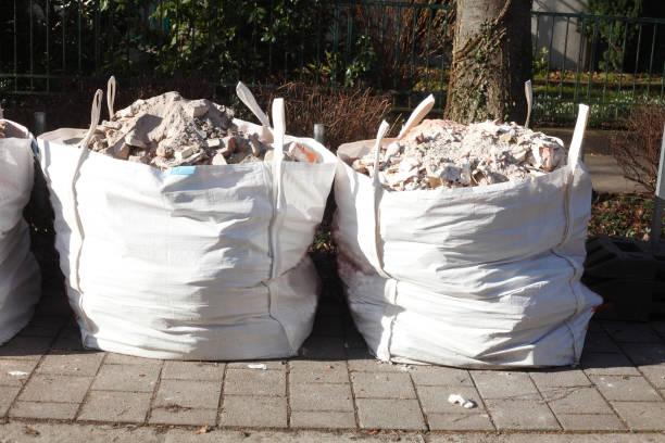 Weiße Müllsäcke mit Bauschutt